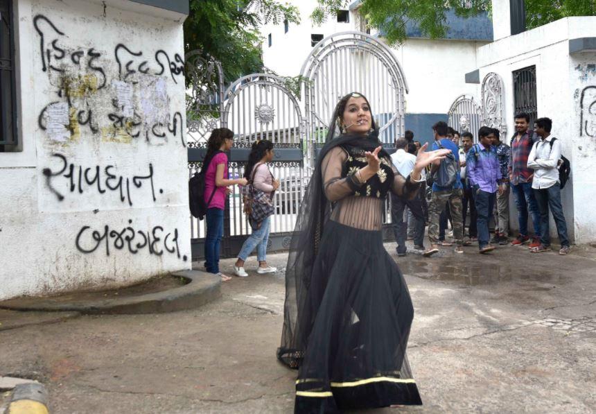 Avni Sethi, Avni Sethi dance, love jihad, against love jihad, hindu muslim marriage, love fearlessly, mughal-e-azam, madhubala, ahmedabad, wall art in ahmedabad, walls of ahmedabad, ahmedabad heritage city, ahmedabad wall, love jihad walls, BJP, Modi, Narendra Modi, Bajrang Dal, Gujarat Elections 2017, Gujarat Elections